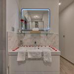 miroir lumineux tactile dans la salle de bain