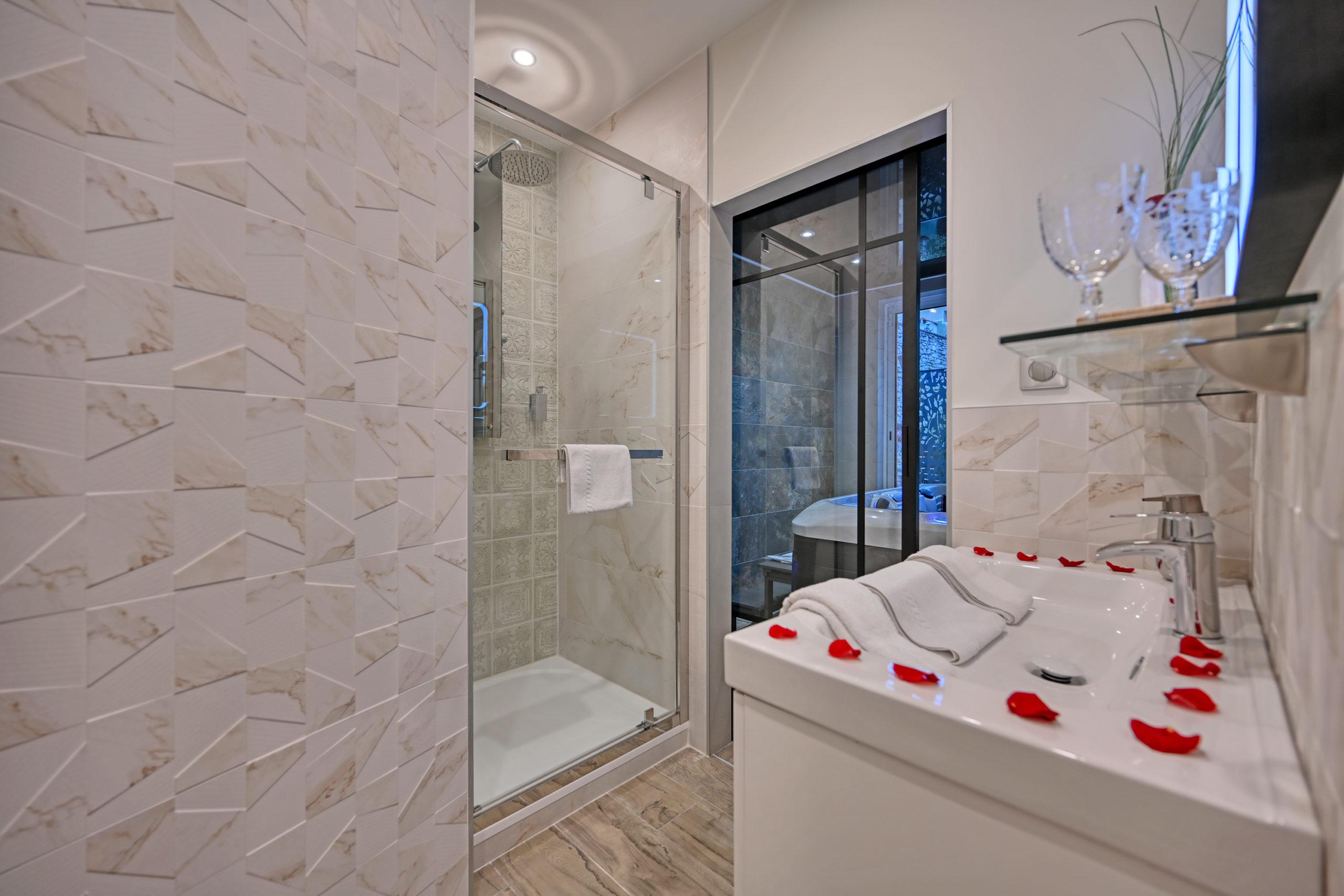 la douche ouverte sur la salle jacuzzi