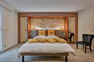 face au lit king size de la chambre d'hôtes romantique.